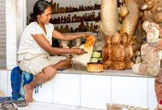 Eine Frau sättigt mit Fleck hölzerner Buddha Stockbilder