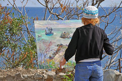 Eine Frau schildert Meerblick Stockbild
