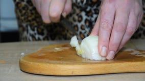 Eine Frau schneidet eine Zwiebel
