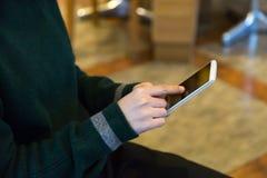 Eine Frau setzte Finger am monbile Telefon Stockfotos