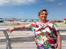 Eine Frau steht auf dem Boulevard Stockfotografie