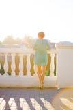 Eine Frau steht am Geländer und untersucht den Abstand Stockbild