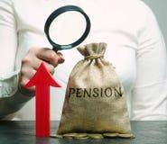Eine Frau studiert das Wachstum von Pensionszahlungen Ansammlung von Rentenbeiträgen Verbessern der finanziellen Bedingung von lizenzfreies stockfoto