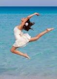 Eine Frau tanzt auf den Strand Stockfotos