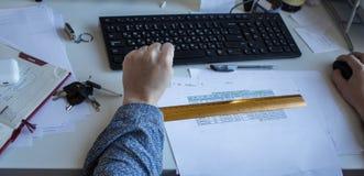 Eine Frau am Tisch, der am Computer arbeitet stockbilder