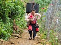 Eine Frau tragen ihr Kind vor Busen lizenzfreie stockfotografie