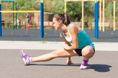 Eine Frau tut Sport im Park Lizenzfreie Stockbilder