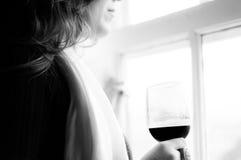 Eine Frau und ein Glas Wein Lizenzfreie Stockfotografie