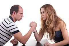 Eine Frau und ein Mann, die ringen Stockbild