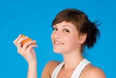 Eine Frau und eine Orange Lizenzfreie Stockfotos