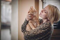 Eine Frau und ihre Katze Lizenzfreies Stockfoto