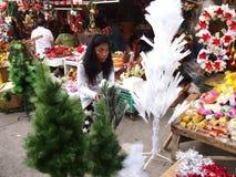 Eine Frau verkauft Weihnachtsdekors in Dapitan-Markt Lizenzfreie Stockfotos