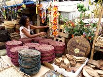 Eine Frau verkauft Weihnachtsdekors und -körbe in Dapitan-Markt Stockbild