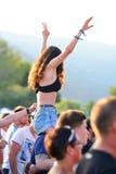 Eine Frau von der Menge in einem Tageslichtkonzert an FLUNKEREI Festival Lizenzfreie Stockfotos