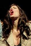 Eine Frau von der Menge schreit in einem Konzert an Ton-Festival 2014 Heinekens Primavera Lizenzfreie Stockbilder