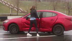 Eine Frau war in einem Unfall auf der Stra?e im Regen, wird sie verletzt und erschrocken stock video footage