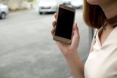Eine Frau wartet auf Taxi Stockbild