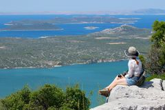 Eine Frau, welche die Landschaft von Kroatien bewundert stockfotos