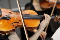 Eine Frau, welche die Violine spielt Lizenzfreies Stockbild
