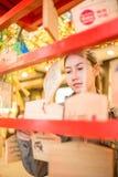 Eine Frau, welche die Wünsche im japanischen Tempel hängt stockfotografie