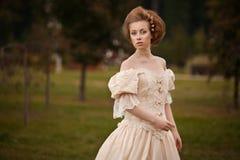 Eine Frau wie eine Prinzessin in einem Weinlesekleid Lizenzfreie Stockfotos