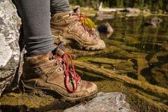 Eine Frauen-Wandererrest-Seeseite Lizenzfreie Stockfotos