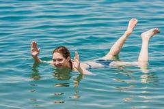 Eine Frauenschwimmen, die im Toten Meer Jordanien badet Stockfotografie