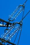 Eine Froschansicht der Stromleitung stockfotos