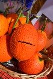 Eine Frucht von südostasiatischem, allgemein bekannt als Gac, Baby Jackruit, stacheliger bitterer Kürbis oder Cochinchin-Kürbis Stockfotografie