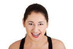 Eine frustrierte und verärgerte Frau ist schreiend Stockfotografie