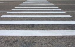 Eine Fußgängerbahn auf einer Straßenüberfahrt Lizenzfreie Stockfotos