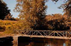 Eine Fußgängerbrücke auf dem Kanal Stockbild