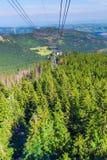 Eine funikuläre Fahrt über einem Wald in den Bergen lizenzfreie stockfotografie