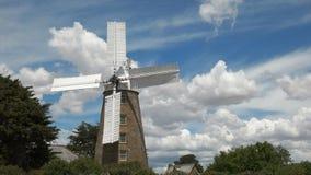 Eine funktionierende Windmühle an den oatlands mit dem Segeldrehen stock video footage