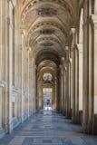 Eine Galerie im Freien des Louvre lizenzfreie stockbilder