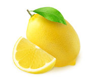 Eine ganze Zitronenfrucht und -hälfte mit einem Stück lokalisiert auf Weiß Stockfoto