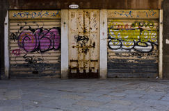 Eine Garage mit einem Wandgemälde Stockbilder
