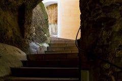 Eine Gasse in der alten Stadt von Menton stockfotografie