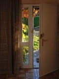 Eine geöffnete Haustür Stockfotografie