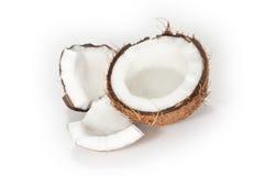 Eine gebrochene Kokosnuss auf weißem Hintergrund Stockfotos