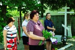 Eine Gedenksammlung nahe dem Monument zu den gefallenen Soldaten am 22. Juni 2016 in der Kaluga-Region in Russland Lizenzfreie Stockbilder