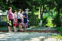 Eine Gedenksammlung nahe dem Monument zu den gefallenen Soldaten am 22. Juni 2016 in der Kaluga-Region in Russland Stockbilder