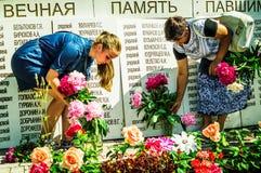 Eine Gedenksammlung nahe dem Monument zu den gefallenen Soldaten am 22. Juni 2016 in der Kaluga-Region in Russland Lizenzfreie Stockfotografie