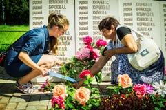 Eine Gedenksammlung nahe dem Monument zu den gefallenen Soldaten am 22. Juni 2016 in der Kaluga-Region in Russland Stockfoto