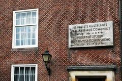 Eine Gedenktafel über dem Eingang zum Museum in Naarden Stockbild