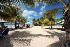 Eine gedrängte Strandszene Stockbild