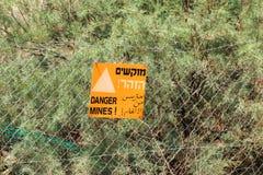 Eine ` Gefahr gewinnt ` Zeichen nah an Israeljordanien-Grenze lizenzfreie stockfotos