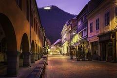 Eine gehende Straße in der im Stadtzentrum gelegenen mittelalterlichen Stadt von Brasov, Rumänien 2. Dezember 2015 mit dem Tampa- Stockfotos