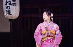 Eine Geisha in der Stadt von Kyoto stockfotografie