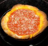 Eine gekochte tiefe Plattepizza Stockfotografie